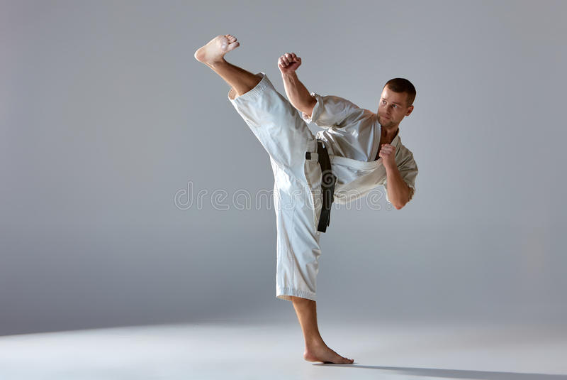 Homem no karaté branco do treinamento do quimono fotos de stock royalty free