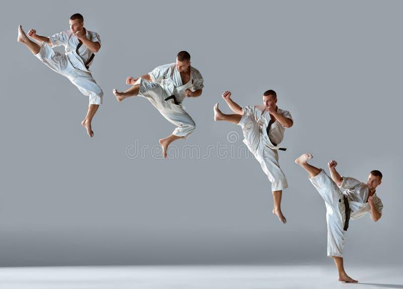 Homem no karaté branco do treinamento do quimono foto de stock