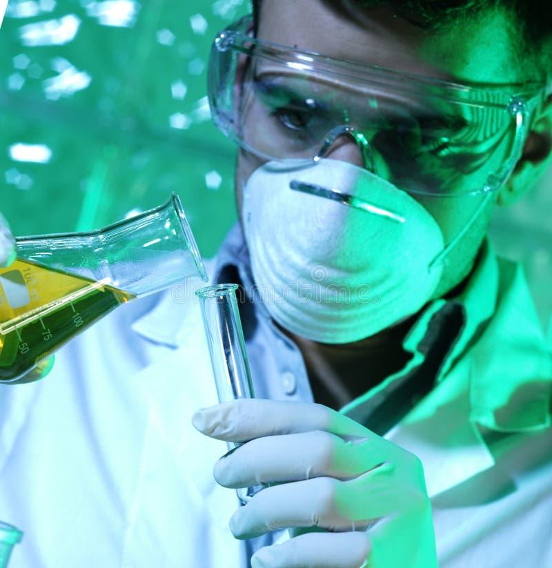 Homem no laboratório fotografia de stock royalty free