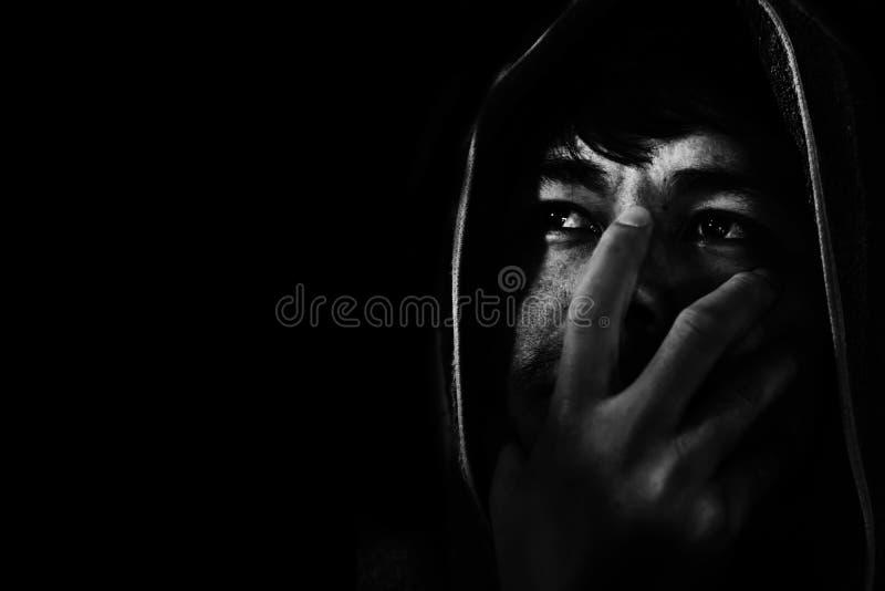 homem no lenço principal, comprimido e impossível na obscuridade imagem de stock
