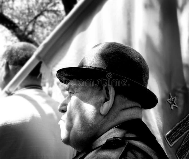 Homem no março do primeiro de maio que veste um chapéu foto de stock