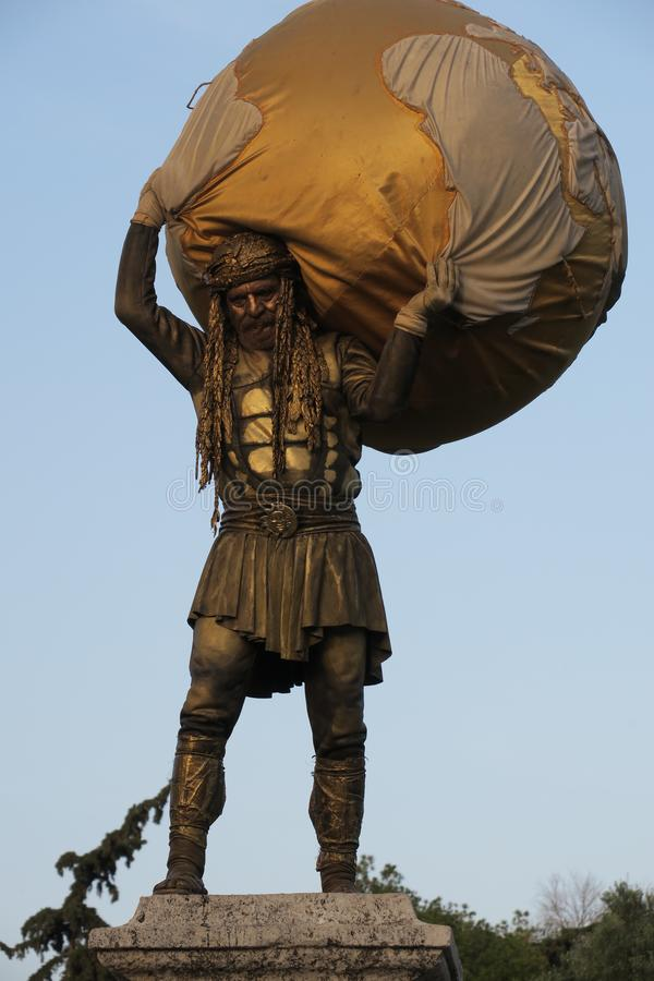 Homem no papel da estátua 'Hercules ' fotografia de stock