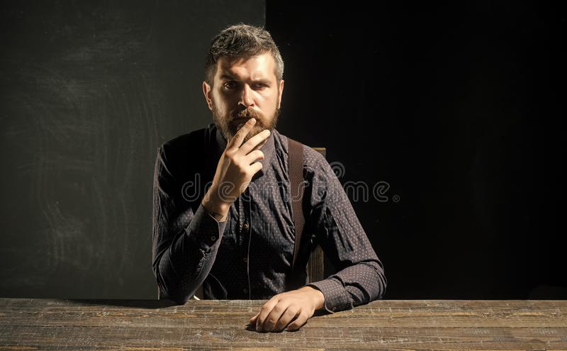 Homem no pensamento Homem no equipamento formal no fundo preto fotografia de stock royalty free