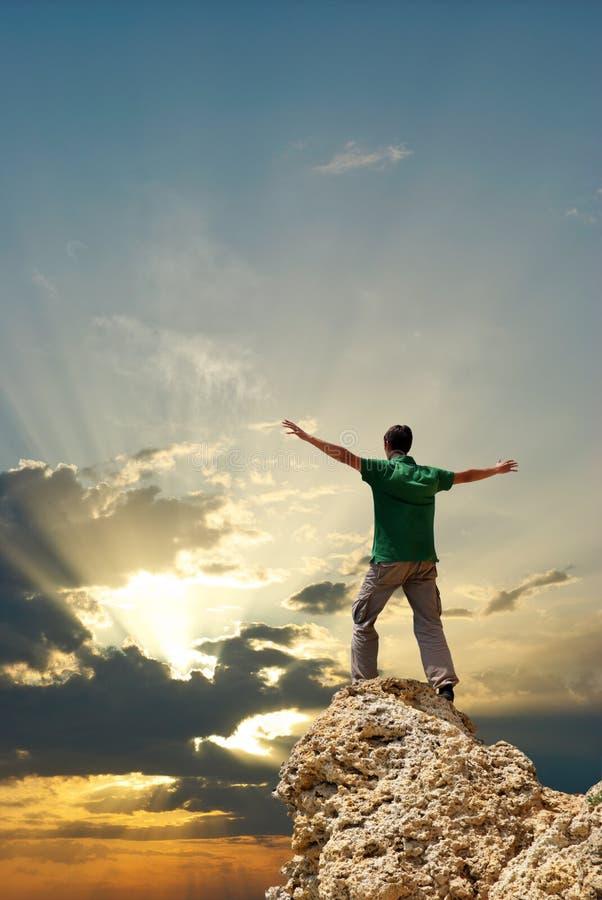 Homem no pico da montanha foto de stock