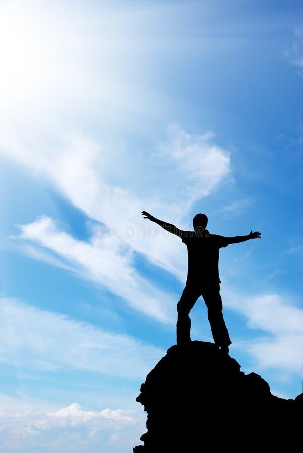 Homem no pico da montanha fotos de stock royalty free