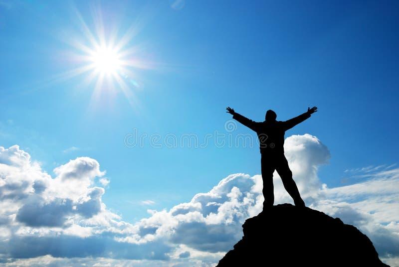 Homem no pico da montanha. foto de stock royalty free