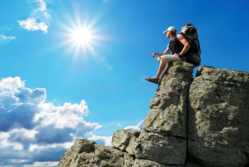 Homem no pico da montanha fotografia de stock