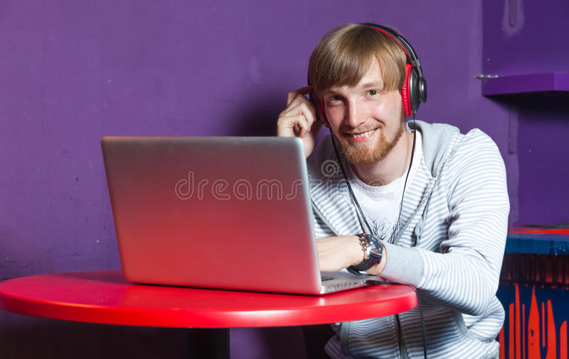 Homem no portátil imagens de stock