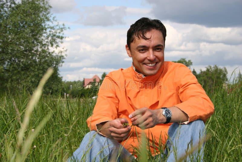 Homem no prado fotografia de stock