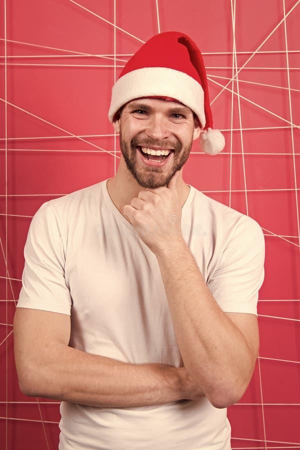 Homem no presente de Natal da posse do chap?u de Santa Homem feliz de Santa A manh? antes do Xmas Presentes do Natal da entrega O fotos de stock royalty free