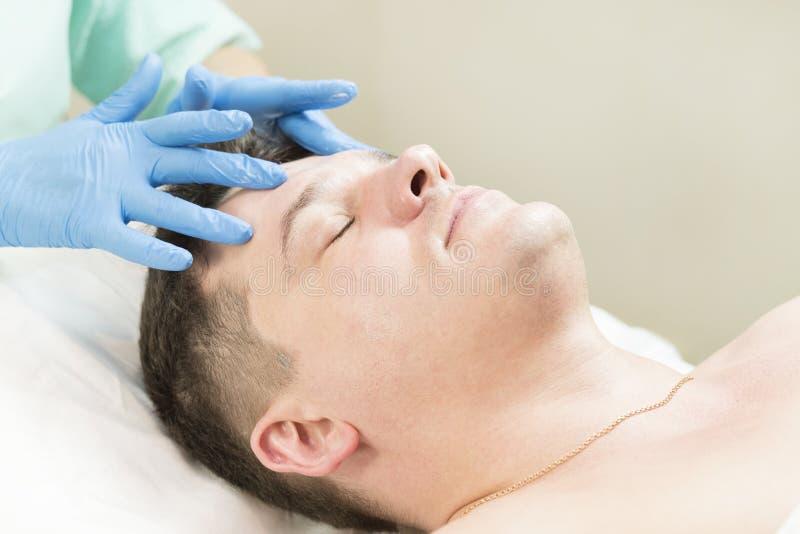 Homem no procedimento do cosmético da máscara fotografia de stock royalty free