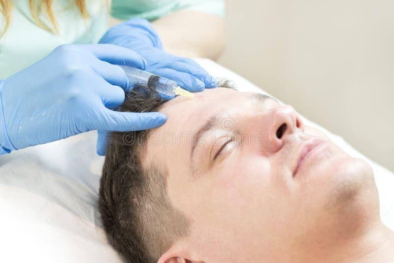 Homem no procedimento do cosmético da máscara fotos de stock royalty free
