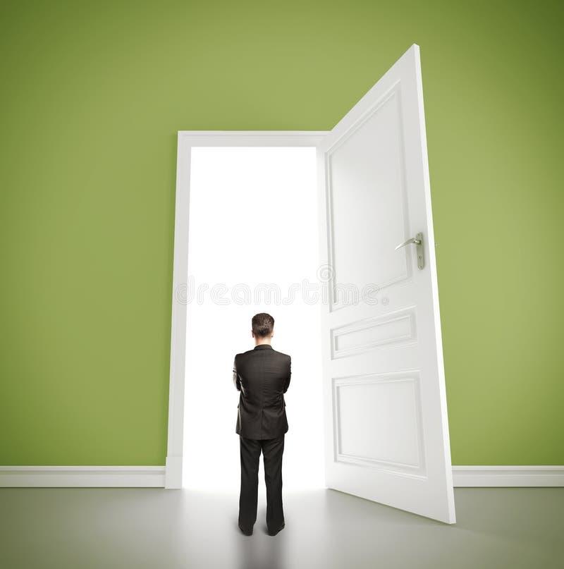 Homem no quarto verde fotos de stock royalty free