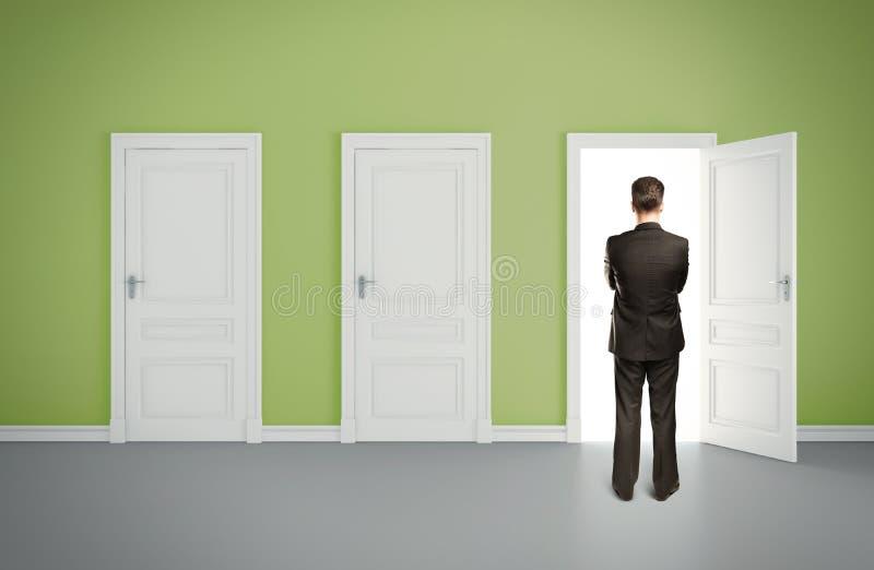 Homem no quarto verde fotos de stock
