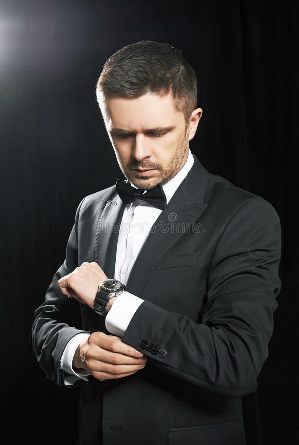 Homem no relógio preto do whit da série imagem de stock royalty free