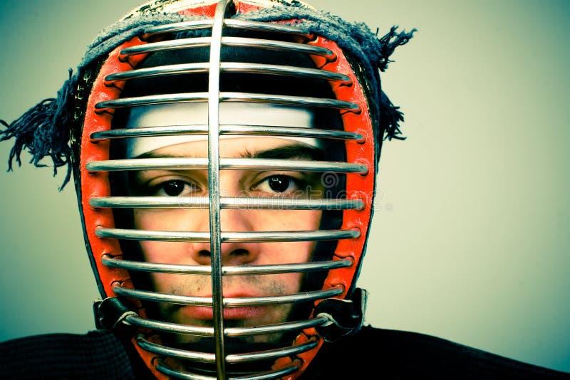 Homem no retrato da armadura do kendo fotografia de stock