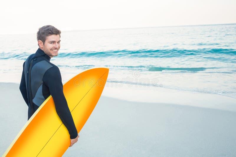 Homem no roupa de mergulho com uma prancha em um dia ensolarado imagens de stock royalty free