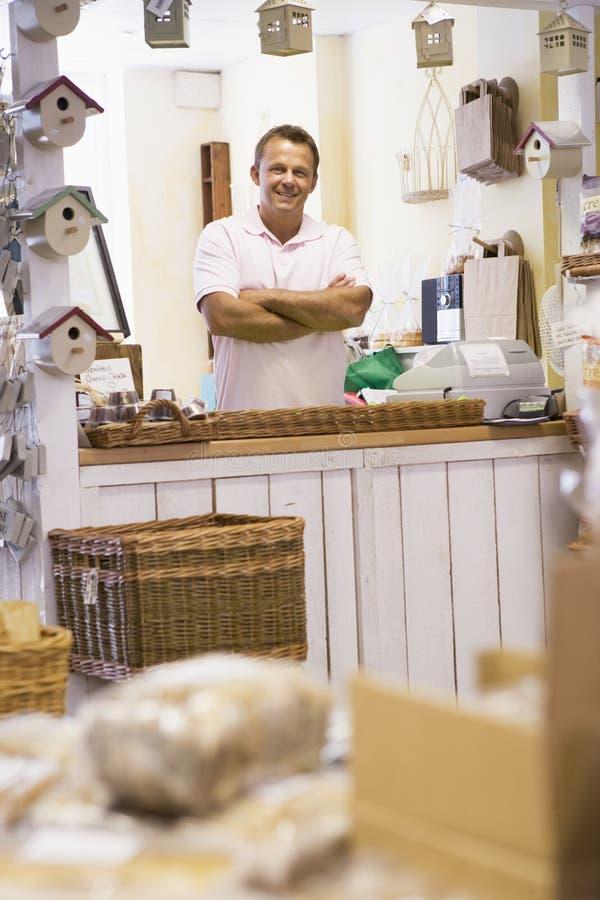 Homem no sorriso da loja do birdhouse imagem de stock royalty free