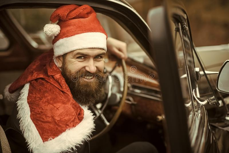 Homem no sorriso do chapéu de Santa no carro retro fotos de stock royalty free