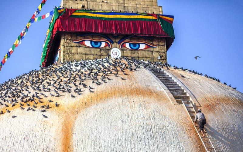Homem no stupa de Bodnath imagem de stock