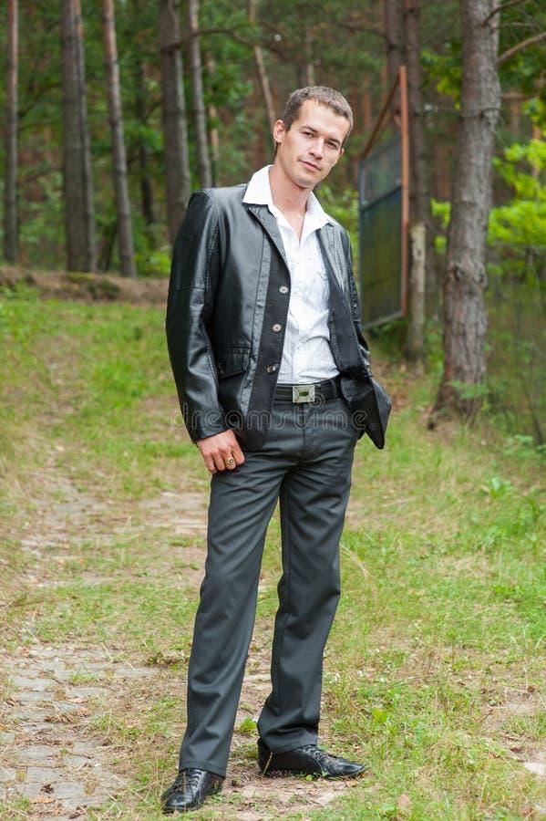 HOMEM NO SUCESSO COMERCIAL NA FLORESTA Homem de negócio com os olhos abertos que respiram profundamente na floresta, refrogerador fotos de stock