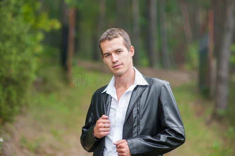 HOMEM NO SUCESSO COMERCIAL NA FLORESTA Homem de negócio com os olhos abertos que respiram profundamente na floresta, refrogerador imagem de stock