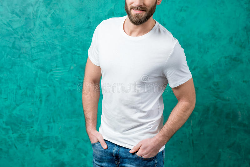 Homem no t-shirt branco fotos de stock