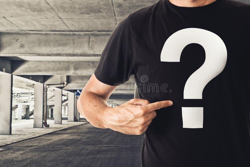 Homem no t-shirt preto com ponto de interrogação fotografia de stock