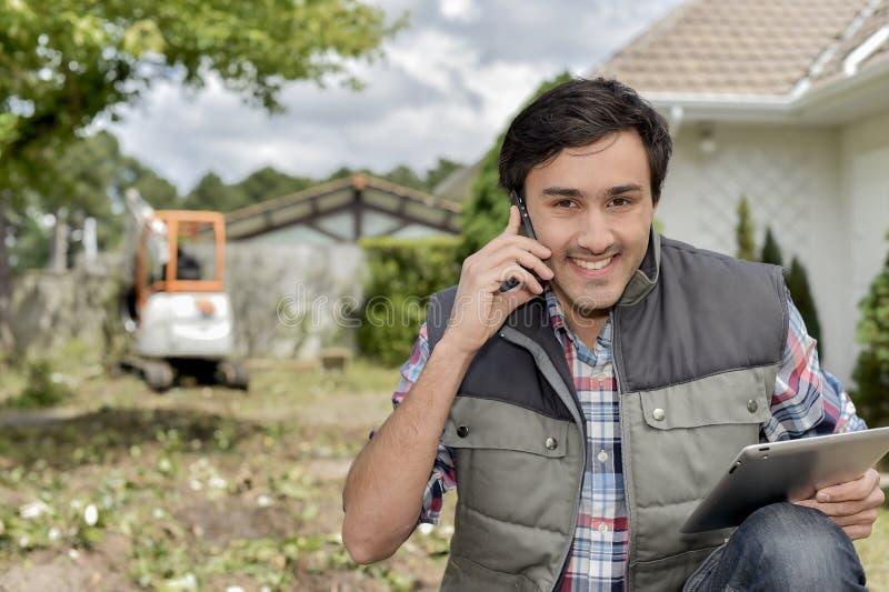 Homem no telefone no canteiro de obras imagens de stock