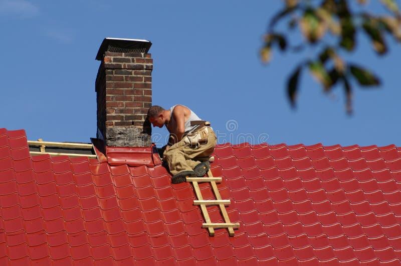 Homem no telhado fotografia de stock