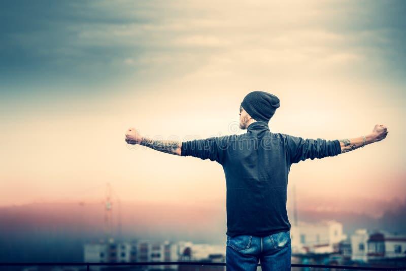 Homem no telhado da construção alta foto de stock