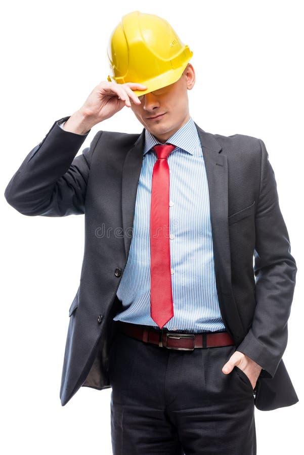 Homem no terno de negócio e no capacete de segurança amarelo contra o branco foto de stock royalty free