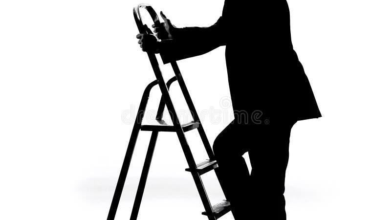 Homem no terno de negócio que escala acima a escada da carreira, obtida a promoção do trabalho, progresso foto de stock