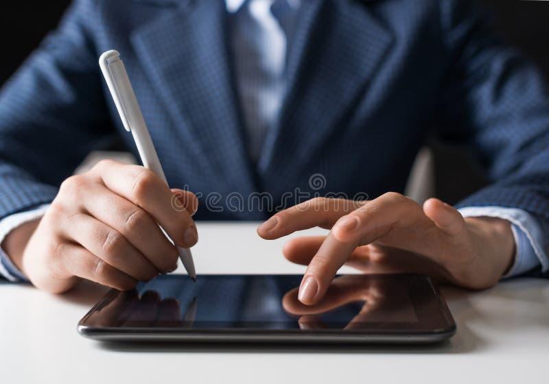 Homem no terno de negócio usando o tablet pc digital imagens de stock