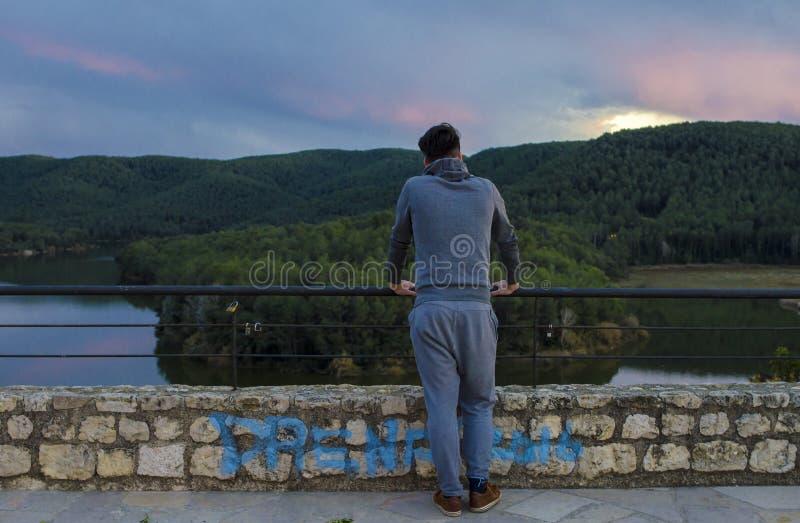 Homem no terno do esporte no olhar medieval do castelo no lago e dianteiro novos fotos de stock