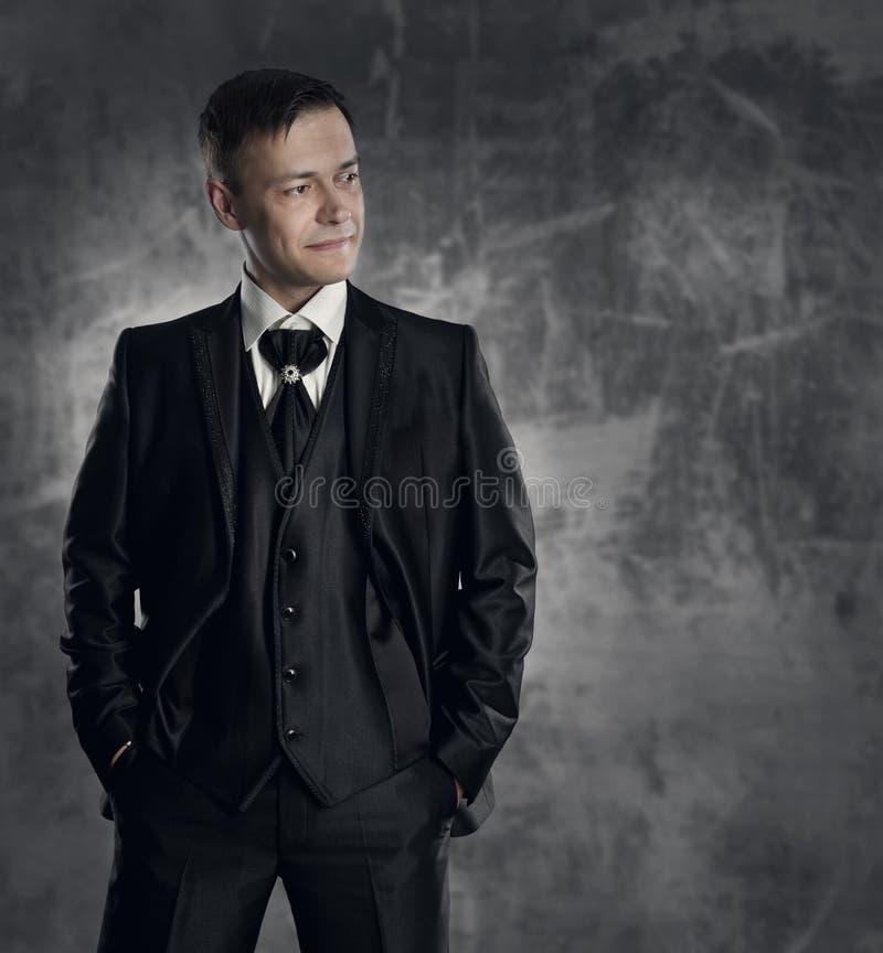 Homem no terno preto Retrato da forma do noivo do casamento fotografia de stock royalty free
