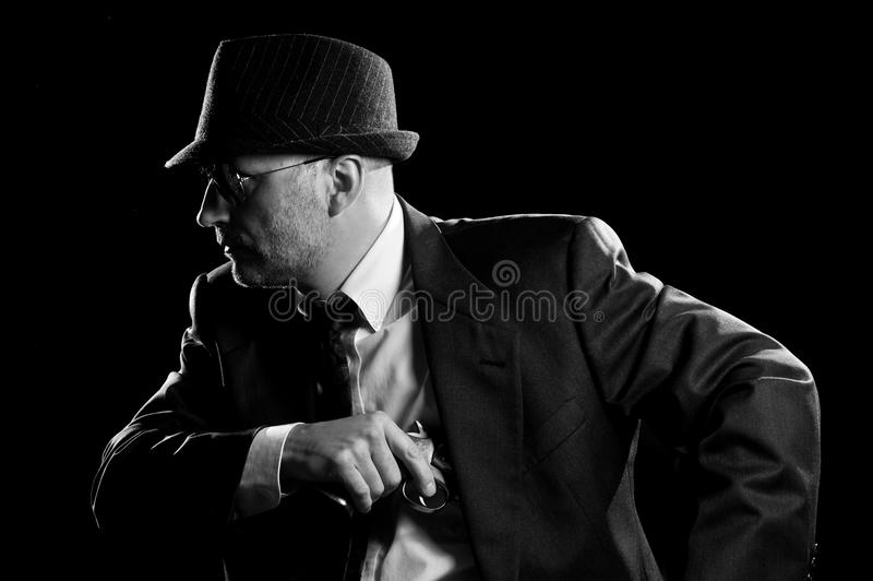 Homem no terno que desenha um revólver de 357 magnum. foto de stock royalty free