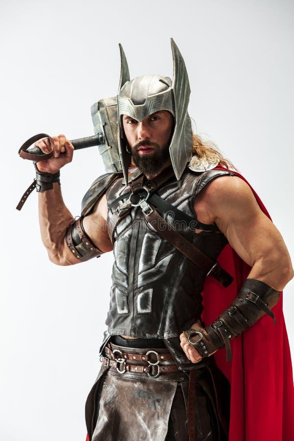 Homem no Thor cosplaying isolado no fundo branco do est?dio foto de stock