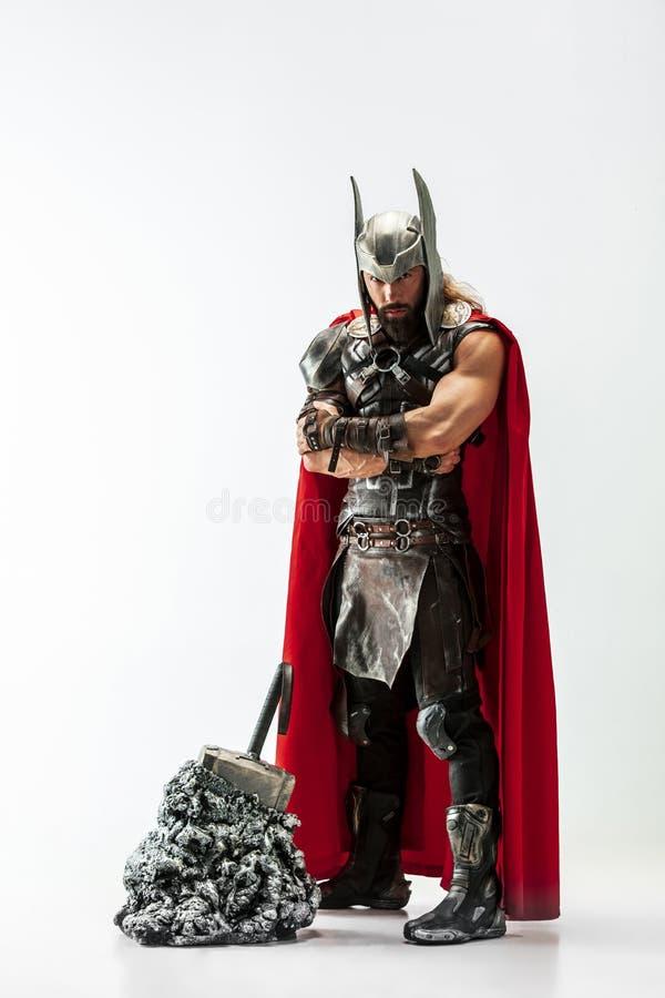 Homem no Thor cosplaying isolado no fundo branco do est?dio fotografia de stock