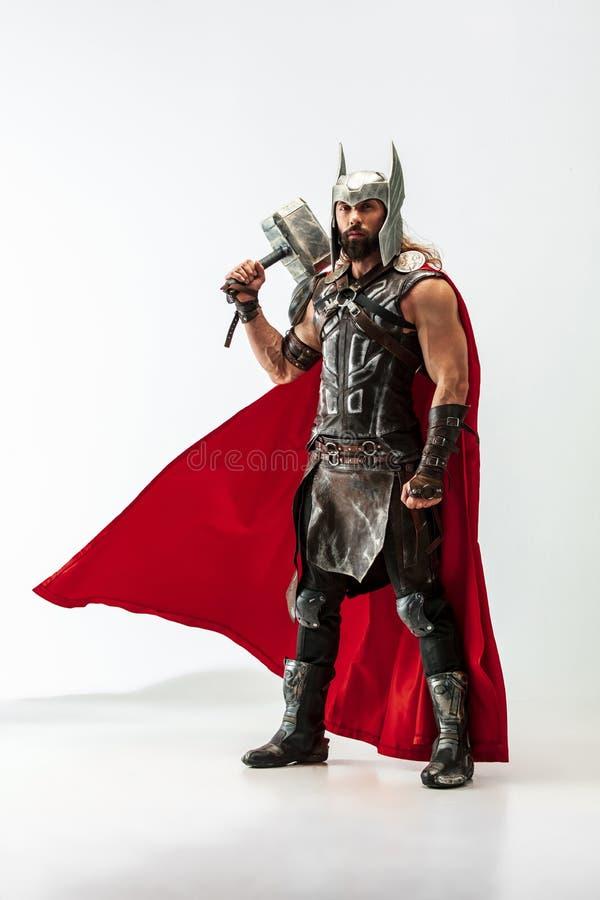 Homem no Thor cosplaying isolado no fundo branco do est?dio imagem de stock royalty free