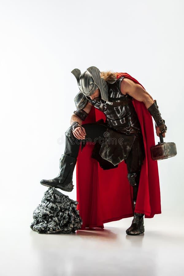 Homem no Thor cosplaying isolado no fundo branco do est?dio fotos de stock royalty free