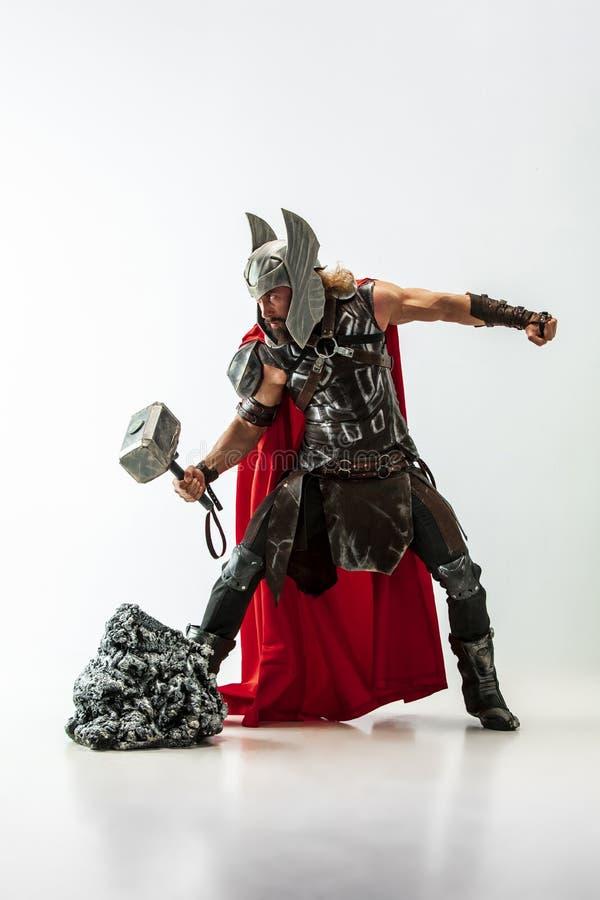 Homem no Thor cosplaying isolado no fundo branco do est?dio imagens de stock