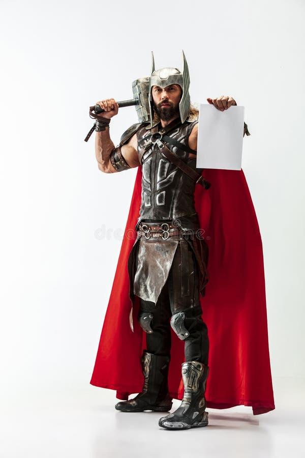 Homem no Thor cosplaying isolado no fundo branco do est?dio imagens de stock royalty free