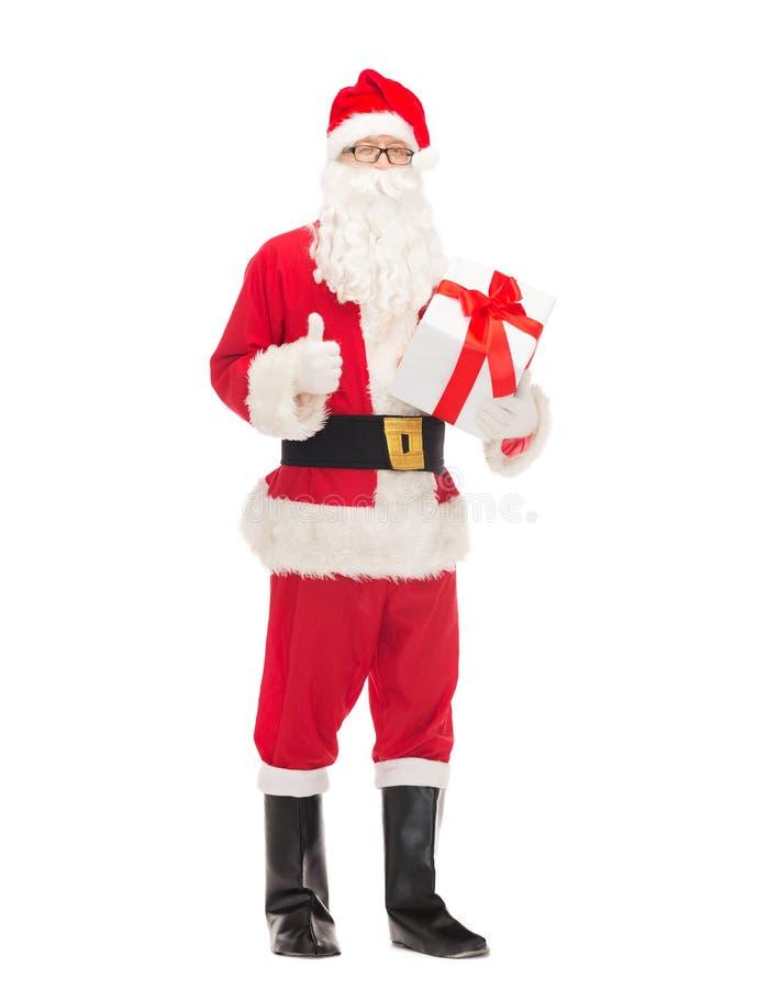 Homem no traje de Papai Noel com caixa de presente fotos de stock
