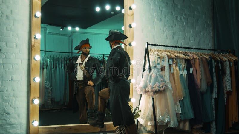 Homem no traje do pirata que ensaia a cena foto de stock royalty free