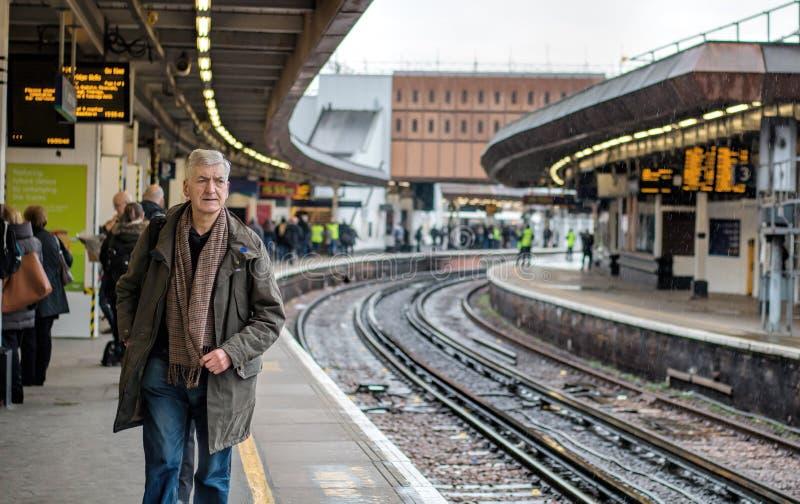 Homem no trem de espera da plataforma da estação de trem fotos de stock royalty free