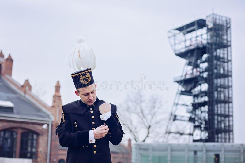 Homem no uniforme preto da gala do mineiro do contramestre de carvão fotografia de stock