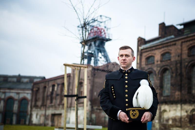 Homem no uniforme preto da gala do mineiro do contramestre de carvão imagem de stock royalty free