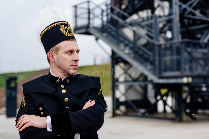 Homem no uniforme preto da gala do mineiro do contramestre de carvão foto de stock
