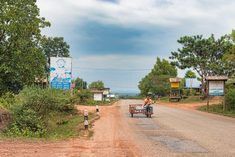 Homem no velomotor na proibição Xenouan, Laos imagem de stock royalty free